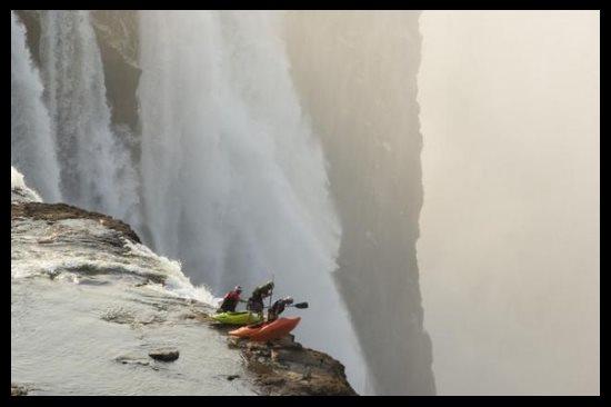Faire du kayak aux chutes Victoria au Zimbabwe