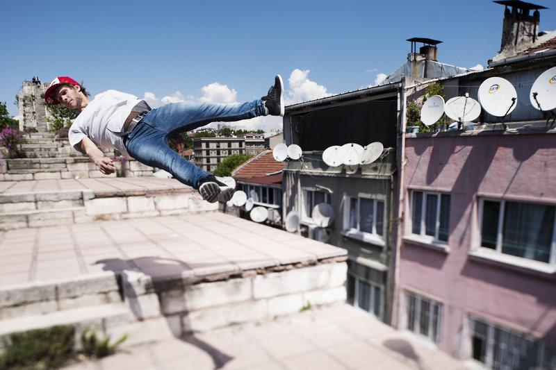 Un freerunner turc met ses capacités en pratique à Istanbul