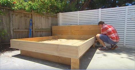 il construit un lit insolite dans son arri re cours. Black Bedroom Furniture Sets. Home Design Ideas