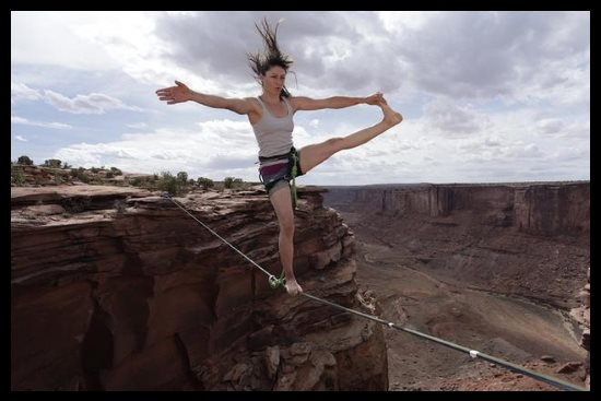 Marcher sur un fil au Grand Canyon