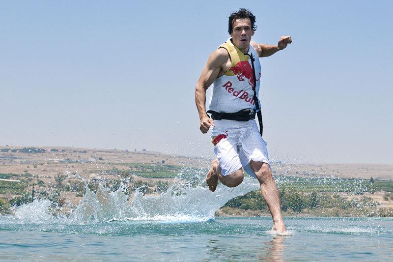 Le kitesurfer polonais Maciek Kozierski en pleine mer de Galilée