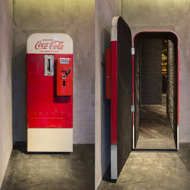 Un bar est caché derrière ce distributeur Coca-Cola