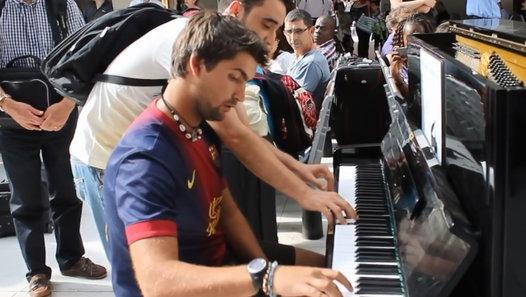Dans une gare, deux inconnus jouent la BO de Intouchable au piano