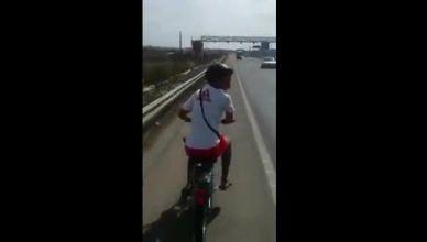 Mobylette à Contre-sens sur l'autoroute au Maroc