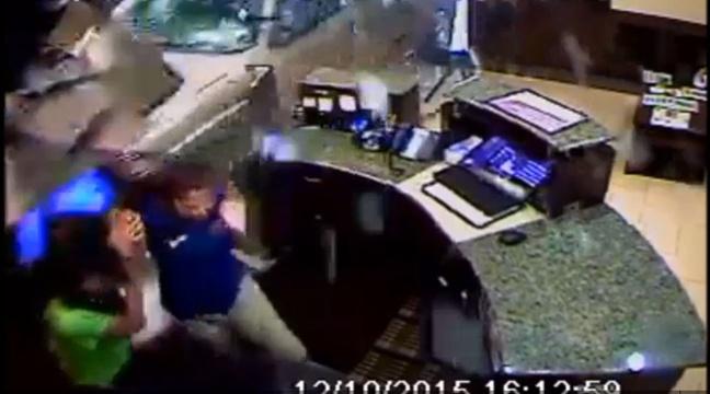 Mécontent, un client fonce dans un hôtel avec sa voiture