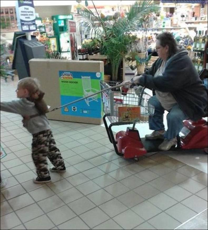 Enfant en laisse