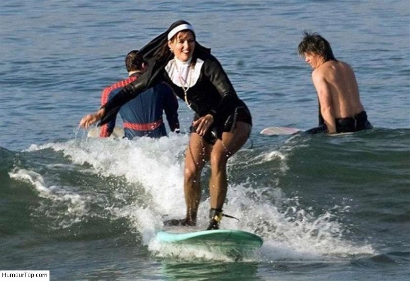 Femme avec un costume de sainte qui fait du surf