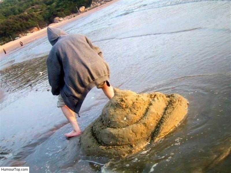 Grosse merde de sable sur la plage
