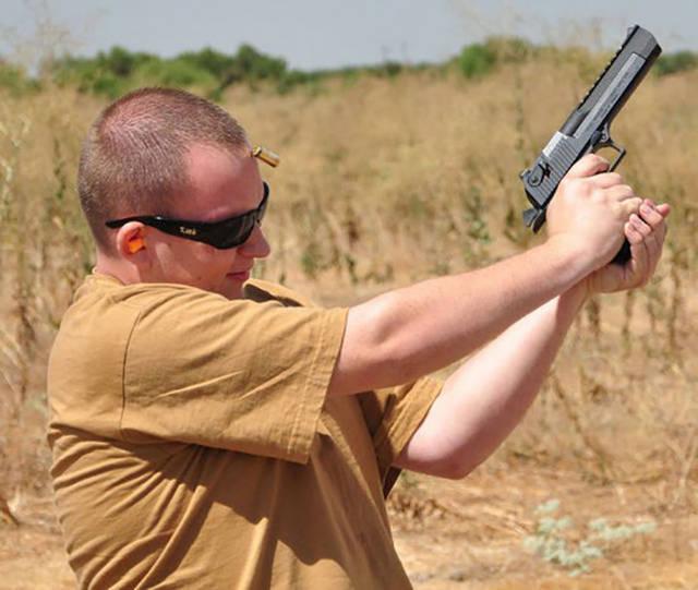 garcon-tir-pistolet-douille-arrive-sur-sa-tete