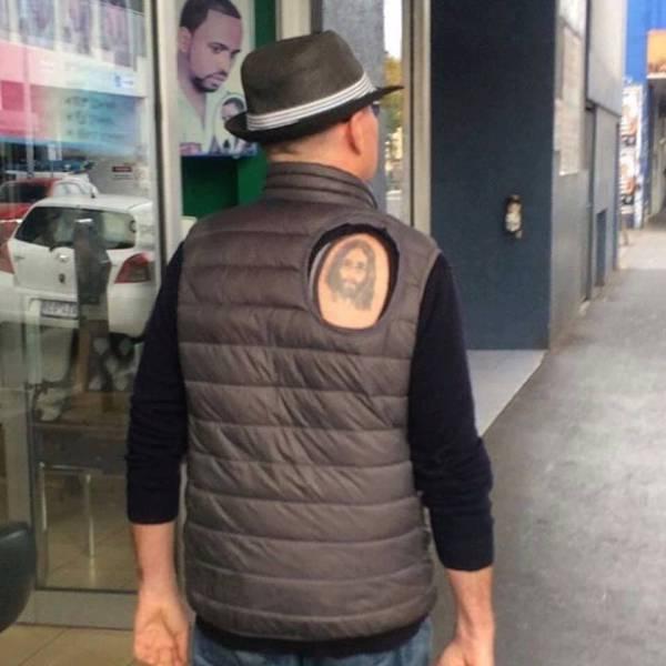 homme-rue-doudoune-troue-pour-tatouage