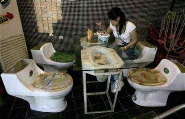 Déjeuner aux toilettes